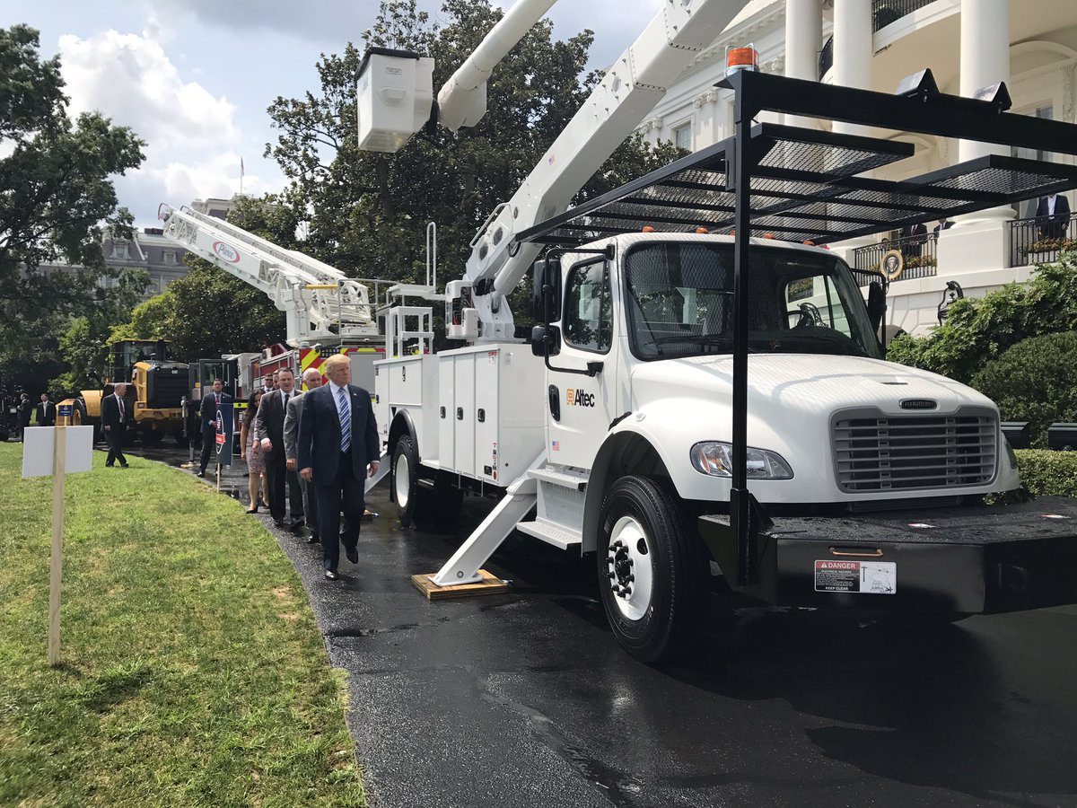 altec bucket truck showcased at 39 made in america 39 day at white house. Black Bedroom Furniture Sets. Home Design Ideas